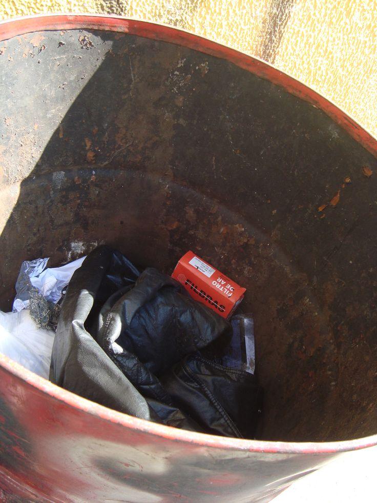 descarte irregular de resíduos efetuado por uma grande empresa de reparação de motos