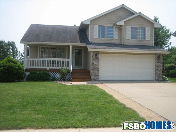 Well Cared For 3 Bedroom 3 Bathroom Split Level House W Vaulted Living Area Family Sized