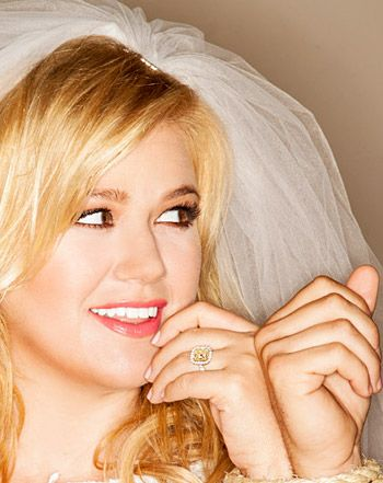 celebrity news kelly clarkson wears wedding dress veil loses engagement ring