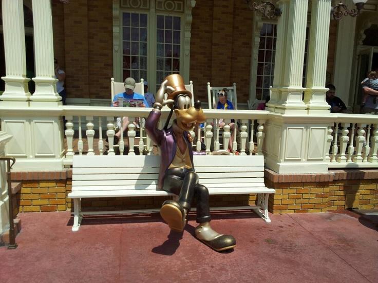 Goofy statue at the Magic Kingdom