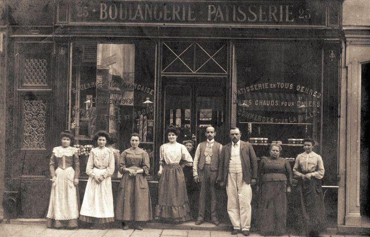 rue Dauphine - Paris 6ème La boulangerie-patisserie et son personnel du n°25 de la rue Dauphine, vers 1900.