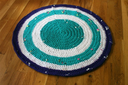 Recycled t-shirt crochet area rug | Sewing - Old/new Clothing make ov ...