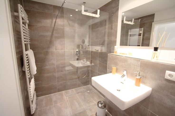 Dusche Glaswand Mit T?r : Bodentiefe Dusche, Abtrennung Nur Durch ...