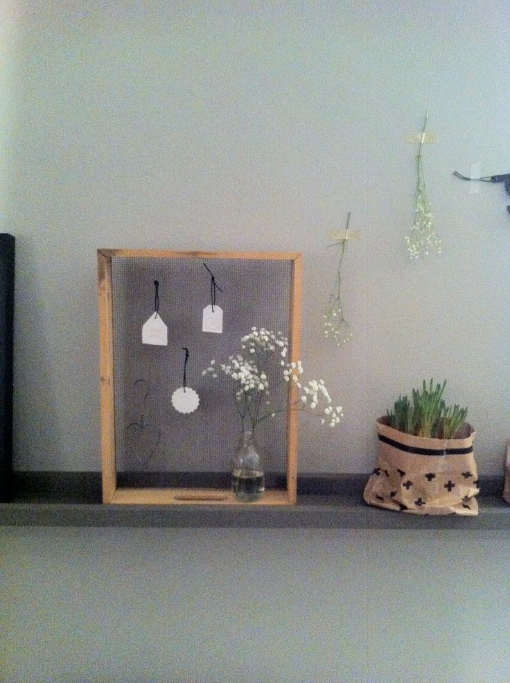 Decoratie op wandplankje...(oude haaientandenzeef, met hangers van ...