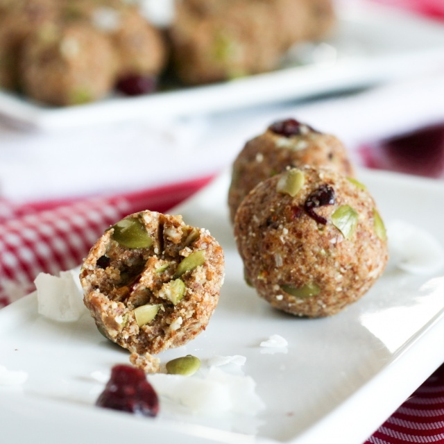 """Little """"Energy Bombs"""" (almonds, dates, flaxseed meal, pumpkin seeds..."""