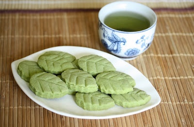 Matcha Green tea shortbread leaves | Om Nomnomnom | Pinterest