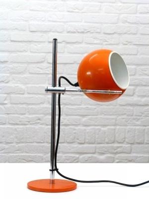 ... nachtkastje of bureau in de zelfontworpen slaapkamer (Ikea zoekt