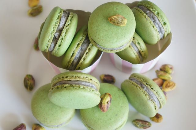 Gourmet by Kat: Pistachio macarons with Black sesame buttercream