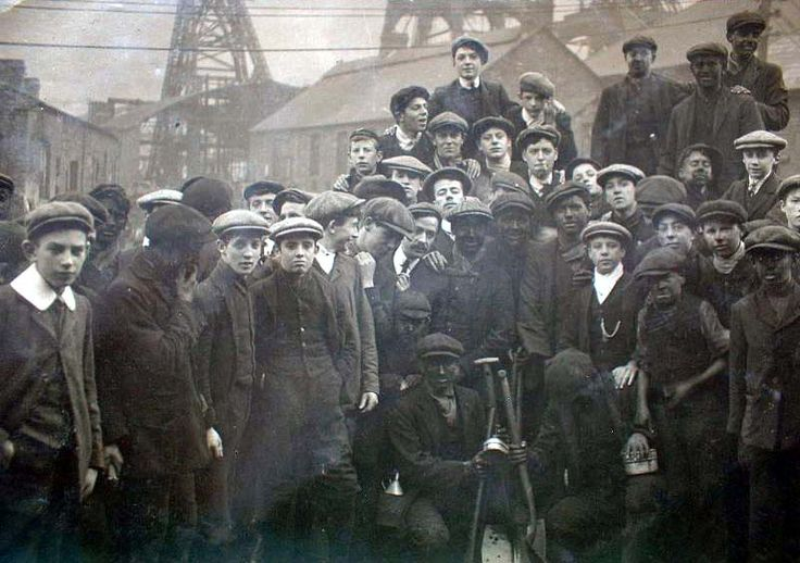 Bechgyn ifanc ym mhyllau glo y Rhondda / boys working in Rhondda coal mines