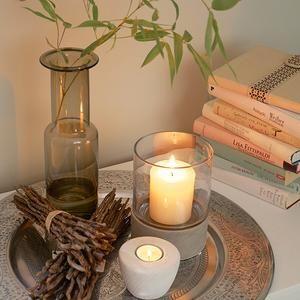 Deko aus Naturmaterial und Kerzen – Sand und warmes Licht schaffen ...