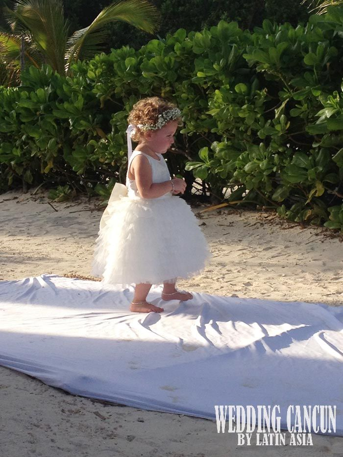 #flowergirl #personalflowers #cancun #rivieramaya #weddingcancun by #latinasia
