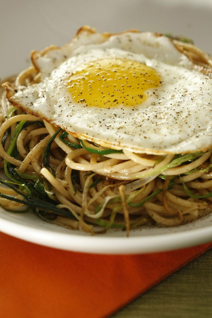 Whole wheat spaghetti with green garlic and fried egg | Recipe