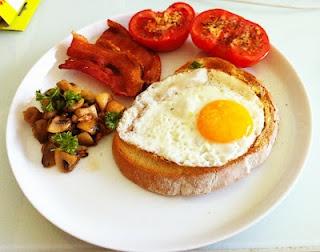 Fried egg on sourdough rye toast with crispy bacon, roasted tomatoes ...