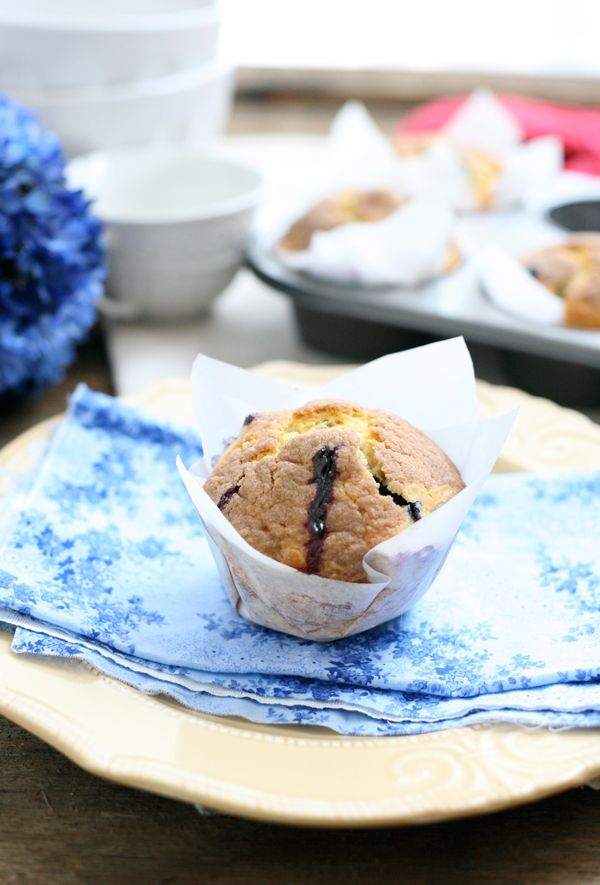 big blueberry muffins with cinnamon struesel - http://eclecticrecipes ...