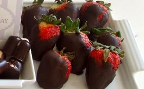 Easy chocolate covered strawberries recipe by @housewifebliss!