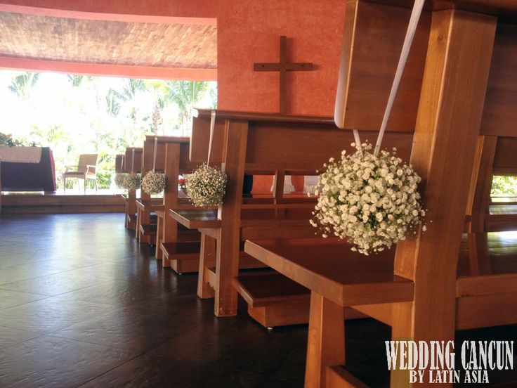 Decorate your #aisle with this great idea to give your ceremony a personal touch! #chapel #decor latinasia.flowers@gmail.com www.weddingcancun.mx