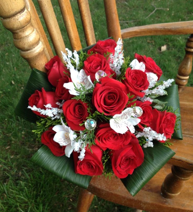 Rosas rojas y fressias blancas