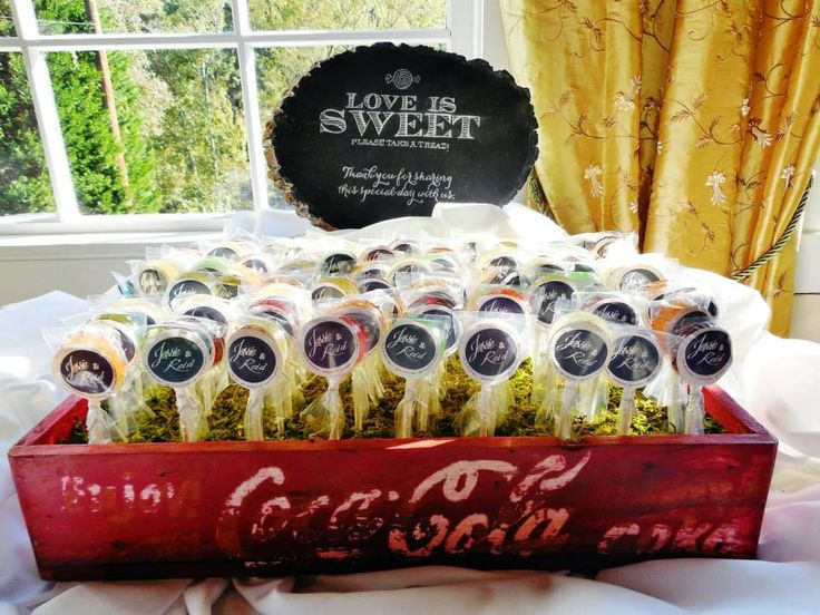 Creative wedding favors: lollipops in a rustic/shabby chic Coca Cola crate