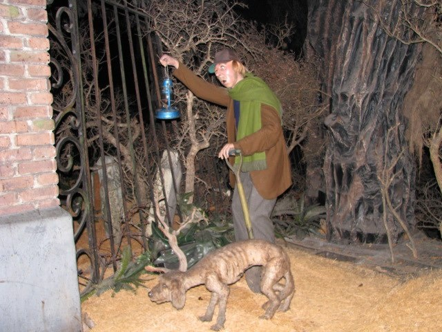 Haunted mansion grave yard scene halloween party 2013 for Haunted house scene ideas