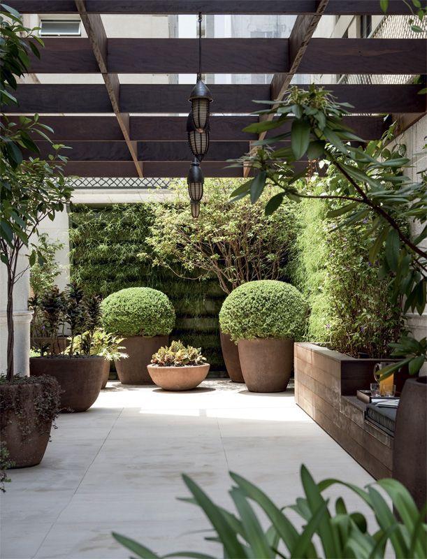 horta e jardim juntos: junto ao muro abriga a horta de temperos e se prolonga para servir de