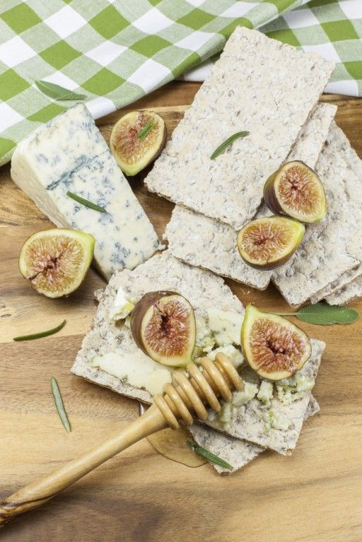 Crostini with fresh figs with gorgonzola and honey