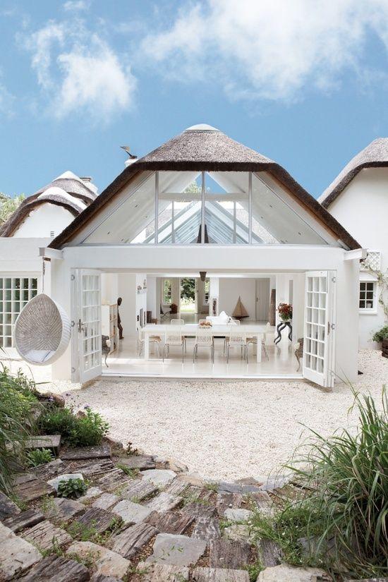 Una casa blanca, luminosa en la costa