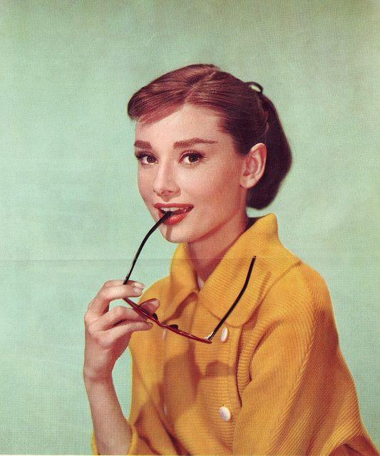 Audrey Hepburn (love this picture of her <3)