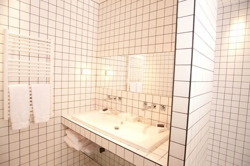 Tiling with black grout in the bathroom has a graph paper effect