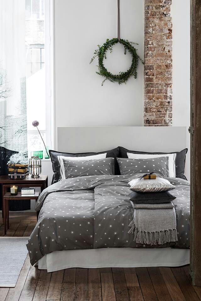 A simple wreath and star duvet set