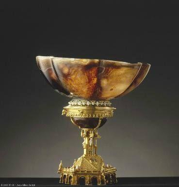 Salière (agate, or, émaux opaques sur ronde-bosse d'or, perles), entrée dans la collection de Louis XIV entre 1681 et 1684. C'est l'une des rares œuvres du XVe siècle ayant conservé sa monture d'origine et qui est entrée dans la collection de ce souverain – Paris, Musée du Louvre