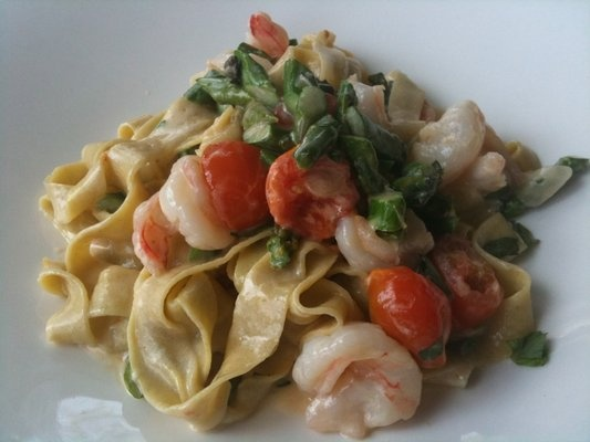 Shrimp tagliatelle with asparagus, cherry tomatoes, garlic, and cream ...