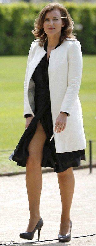 La première dame ? compagne ? petite copine ? maîtresse ? future dame ? petite amie ? de France, Valérie Trierweiler, s'est faite remarquer par les Anglais, pour une tenue particulièrement sexy. Avec sa robe fendue, la vedette de la TNT a fait parler d'elle outre-Manche. 17 mai 2012.