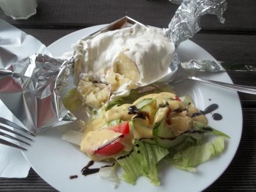 Folienkartoffeln con salsa di joghurt e cetriolie insalata