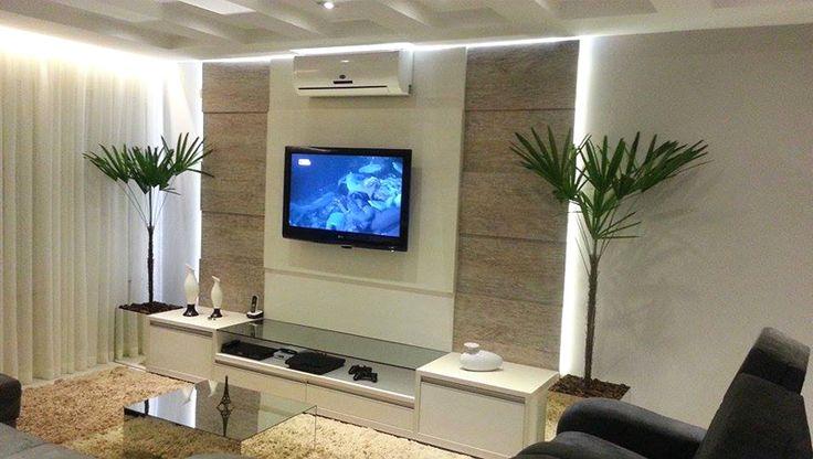 Sala com decoração contemporânea e em tons neutros Casa da leitora