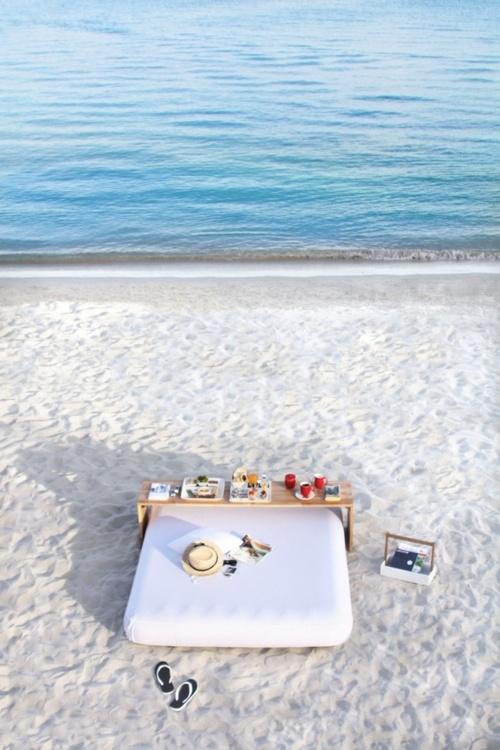 petit-déjeuner au lit sur la plage