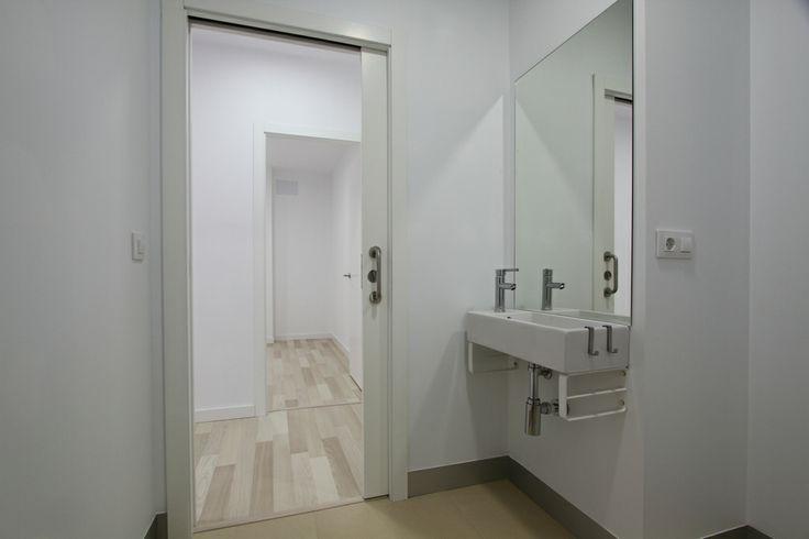 Puertas De Baño Para Discapacitados:La puerta de acceso al baño es de apertura corredera para permitir
