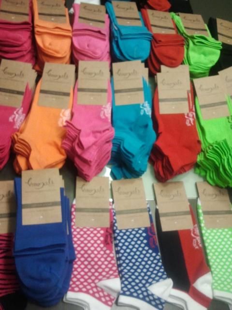 imagen de calcetines de colores azules, verdes, rojos, de puntos, rosas y naranjas