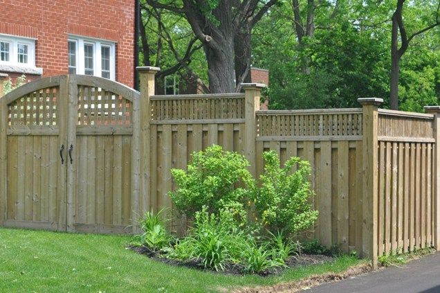 Privacy fence lattice topper outdoor decorating ideas for Lattice garden fence designs