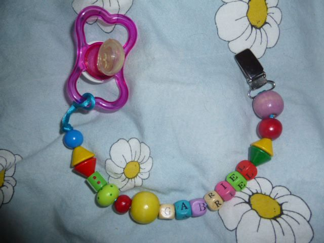 attache tetine personnalisé en perles de bois http://crezolibb ...