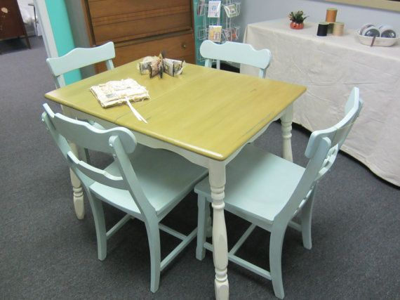 Cute shabby chic kitchen table with chairs for Cute kitchen tables