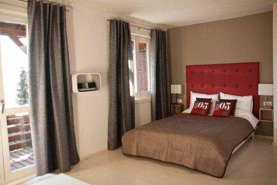 Slaapkamer Met Taupe : Slaapkamer met taupe muur en bed met rood hoofdeinde Stylist en