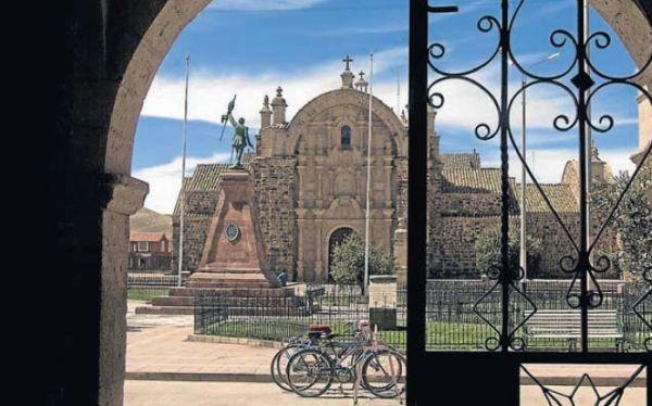 17 - Puno hermoso departamento del sur del Perú. Plaza principal.