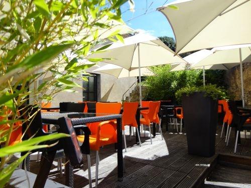 La terrasse Bois & Bambou du Le 12 Restaurant à Airvault