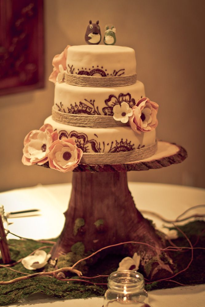 rustic-diy-wood-stump-cake-stand. Love this without the little guys on top