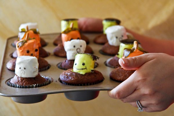 Marshmallow Monster Cupcakes by chefjulieyoon #Cupcakes #Halloween_Cupcakes #chefjulieyoon #Marshmallows