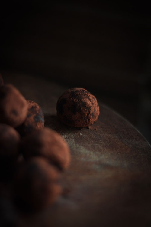 Date & Cocoa Raw Truffles | foodphotography | Pinterest