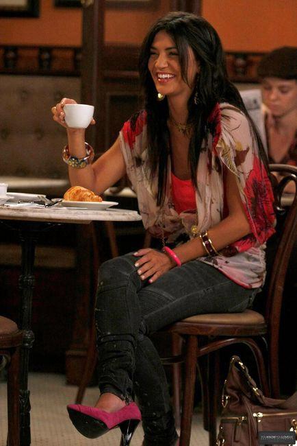 Gossip Girl Vanessa Abrams carries GG&L bag http ...