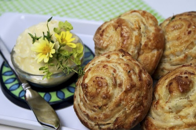 Thyme + cheddar + bread = happiness! | Yummy foods | Pinterest