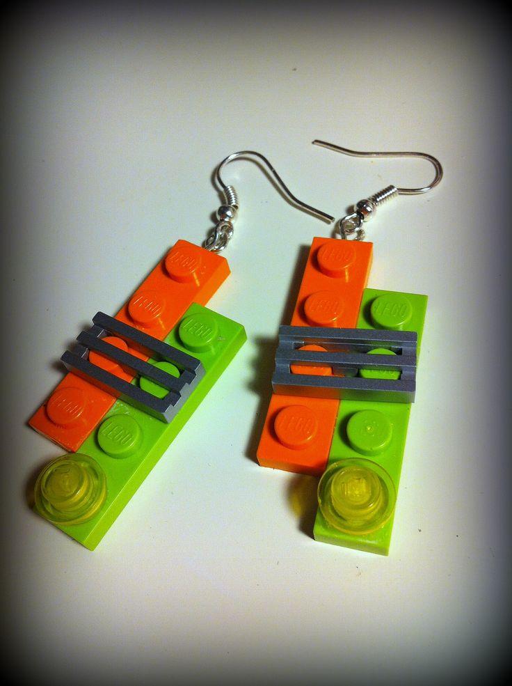 Orecchini a pendente realizzati a mano con componenti Lego