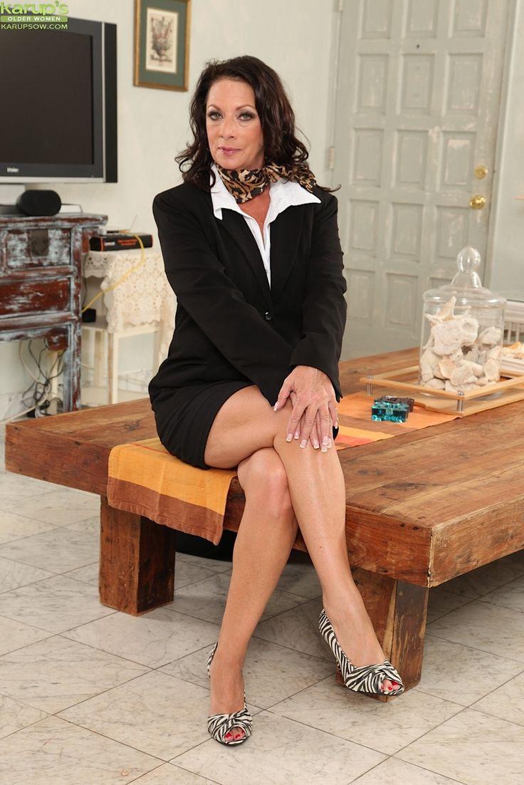 Mature babe with big tits Margo Sullivan undresses her red skirt № 761680 без смс